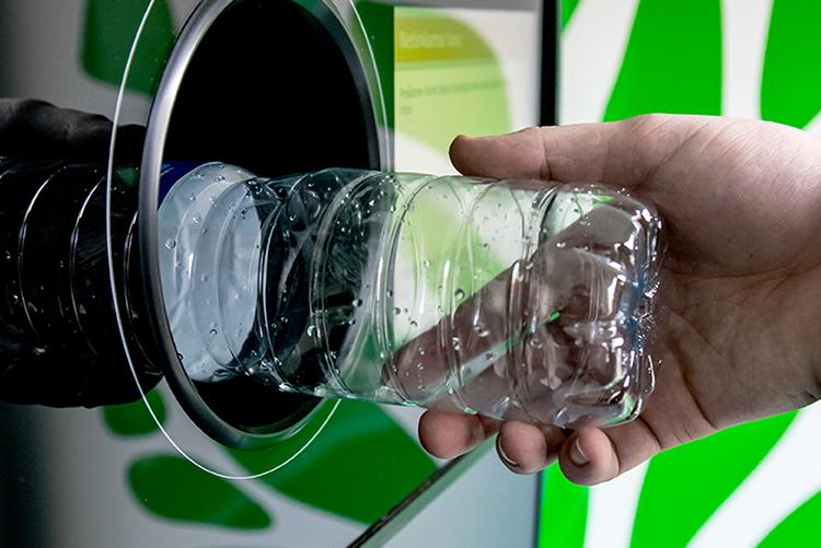 Reverse,Vending,Recycling,Machine.,Recycling,Machine,That,Dispenses,Cash.,Man